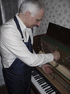 настройщик пианино и роялей Артур Суренович за работой