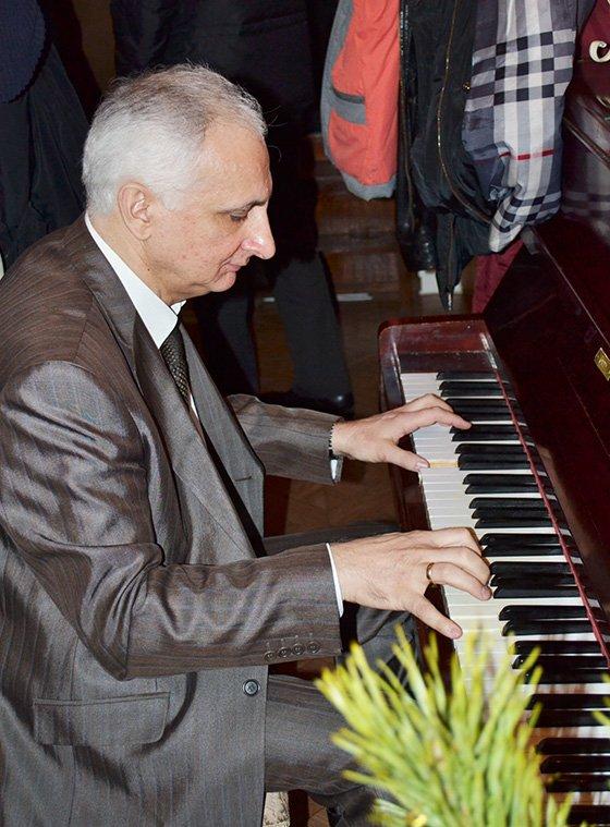 музыкальный мастер - настройщик пианино