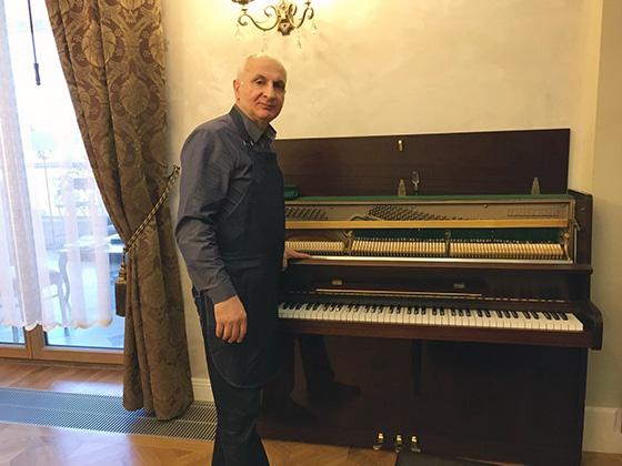 настройщик пианино и роялей за работой